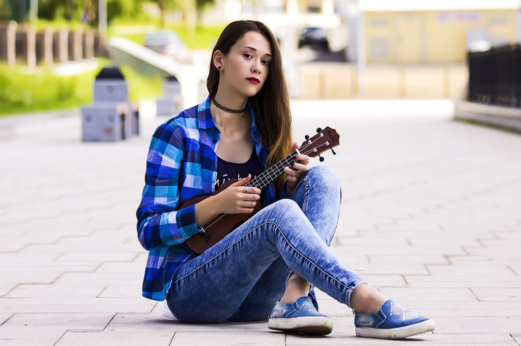 femme avec un ukulele